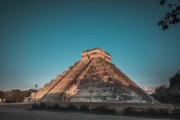 Chichen itza was een grote pre-columbiaanse stad gebouwd door het maya-volk. de archeologische vindplaats bevindt zich in de staat yucatán, mexico