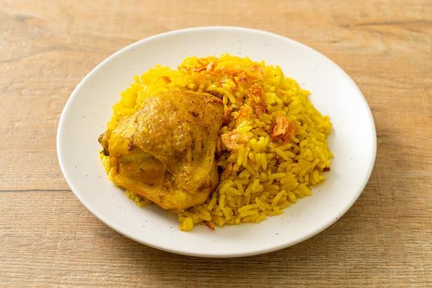 Chicken biryani of curried rijst en kip - thais-moslim versie van indiase biryani, met geurige gele rijst en kip - islamitische eetstijl