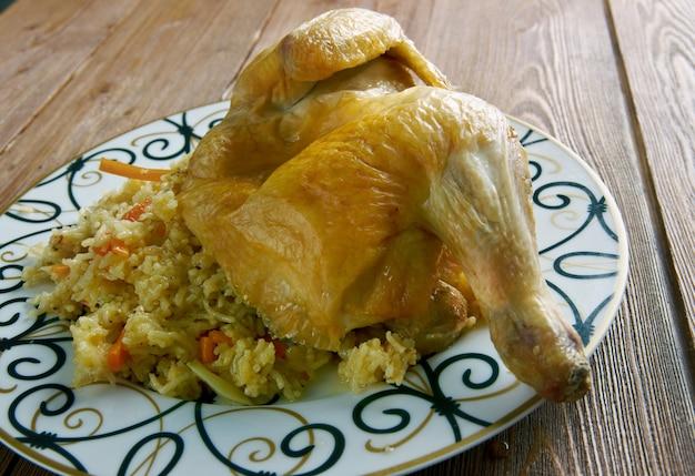 Chicken kabsa - gemengde rijstgerechten afkomstig uit jemen. midden-oosters eten.