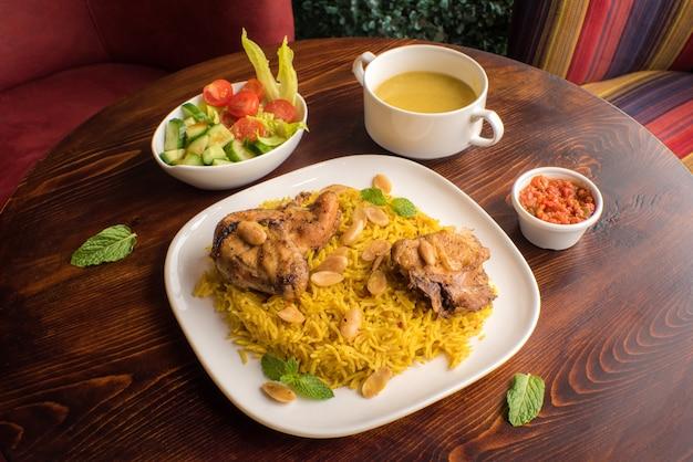 Chicken kabsa huisgemaakte arabische biryani chicken mandi