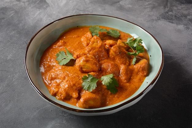 Chicken tikka masala - traditioneel indiaas / brits gerecht. kip met curry, kurkuma. indiaas diner concept. aziatisch, indiaas eten
