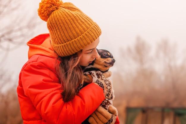 Chihuahuahond en tiener. een klein meisje van 10-11 jaar oud met haar huisdier een chihuahua-hond in de natuur.