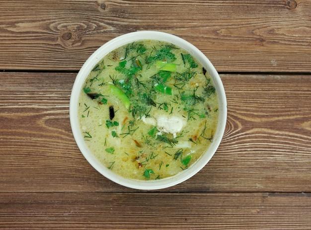 Chikhirtma - traditionele georgische soep. gemaakt met rijke kippenbouillon, die is verdikt met losgeklopte eieren