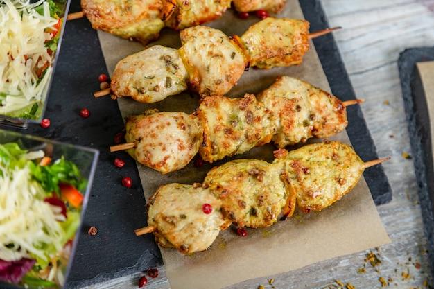 Chikrn kebabs op houten tafel