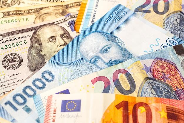 Chileense peso met amerikaanse dollar en euro voor deviezenconcept en de chileense economie