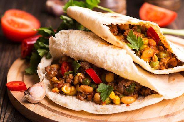 Chili con carne in pitas