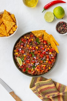 Chili con carne met nachoschips. mexicaans eten. nationale keuken.