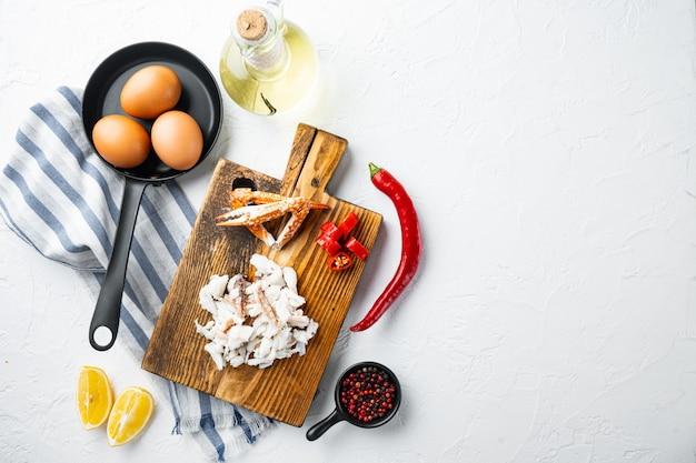Chili krab zijdeachtige omlette ingrediënten ingesteld, op witte achtergrond, bovenaanzicht plat lag, met copyspace en ruimte voor tekst