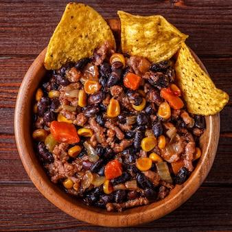 Chili met vlees in kom met tortillachips.