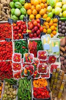 Chili peper en groenten op de markt