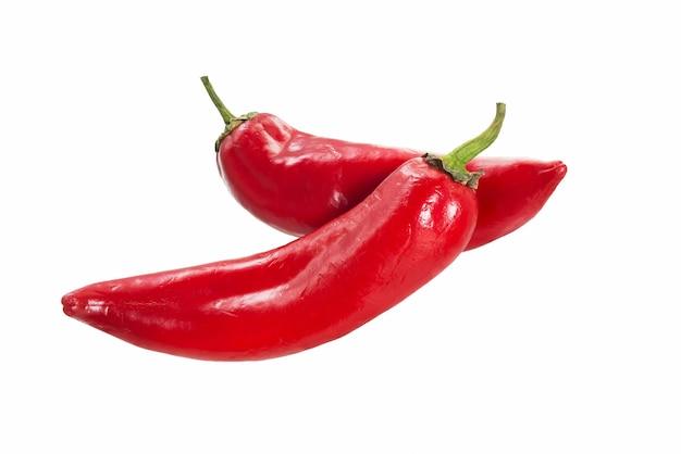 Chili peper geïsoleerd op een witte achtergrond. red chili hete peper uitknippad. verse peper.
