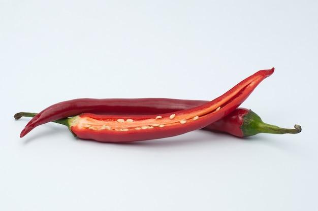 Chili peper gesneden op een wit oppervlak