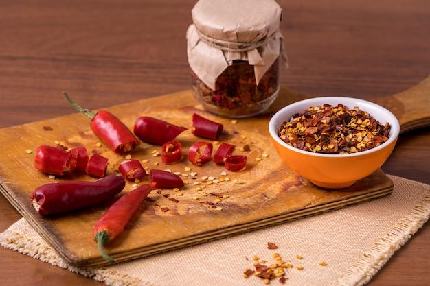 Chili peperkruiden en verse rode chili pepers.
