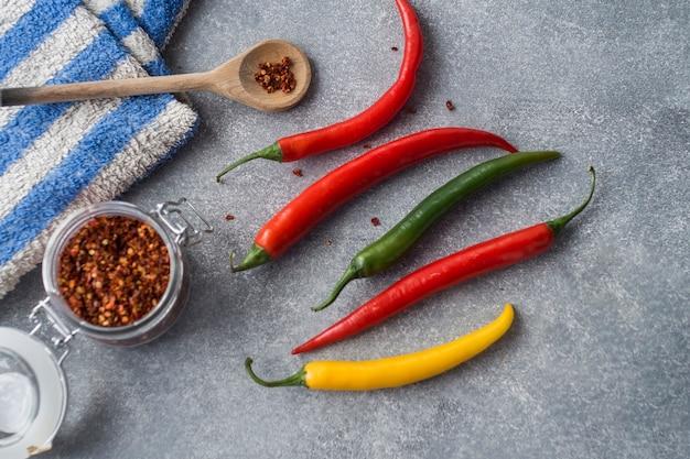 Chili pepers op grijs