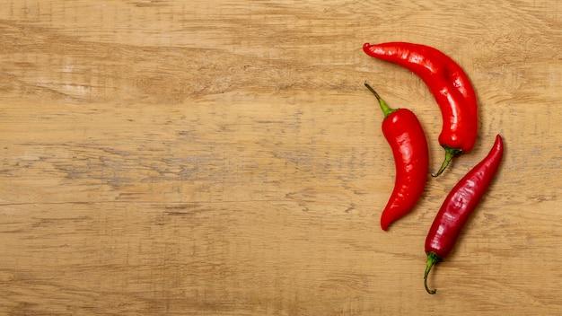 Chili peppers op houten bureau