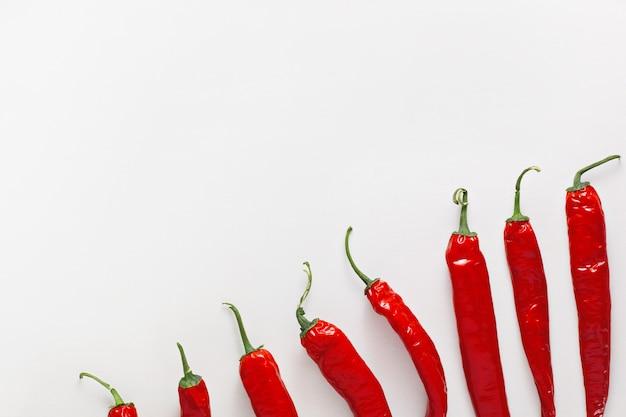 Chili peppers op witte houten tafel. heet kruidig voedselingrediënt. bovenaanzicht, kopie ruimte