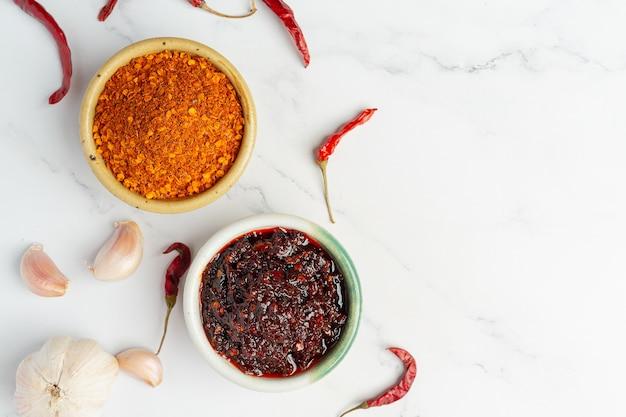 Chilipasta in een kleine keramische kom