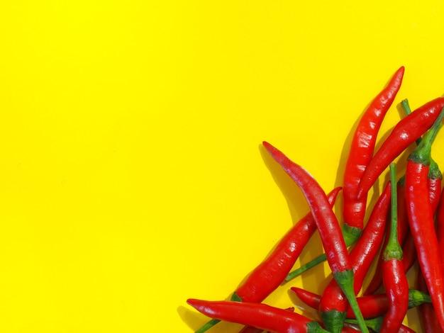 Chilipepers op een gele achtergrond