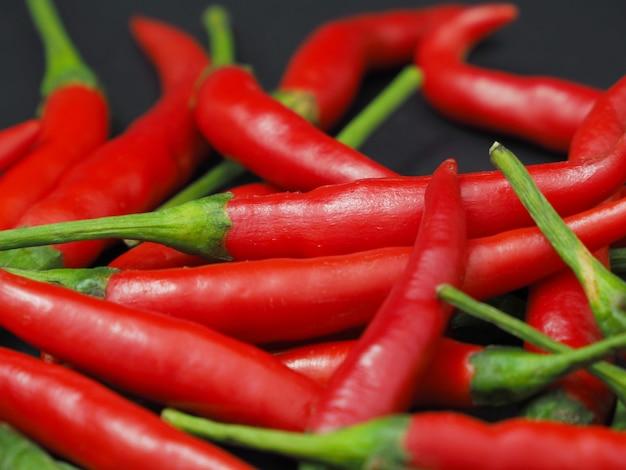 Chilipepers op een zwarte achtergrond