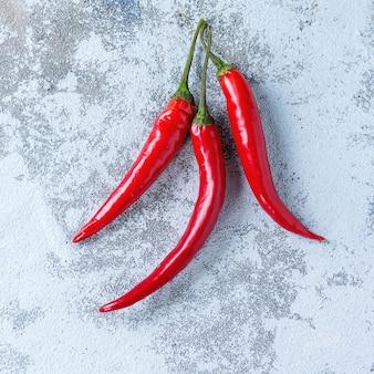 Chilipepers over zwart
