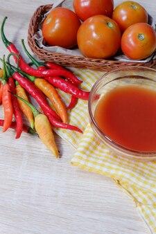 Chilisaus gemaakt van verse tomaten en pepers