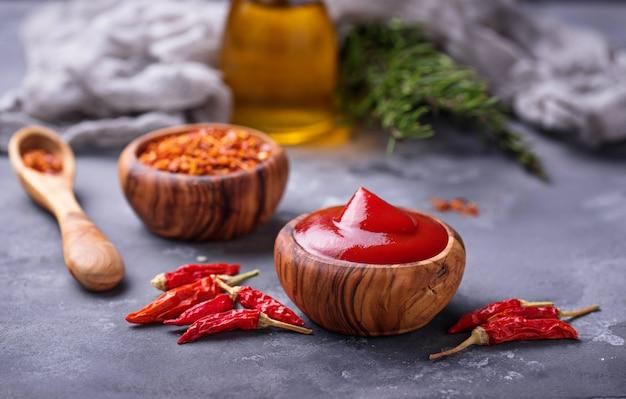 Chilisaus met gedroogde pepers