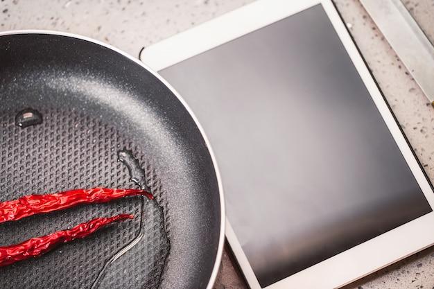 Chillies naast een tablet