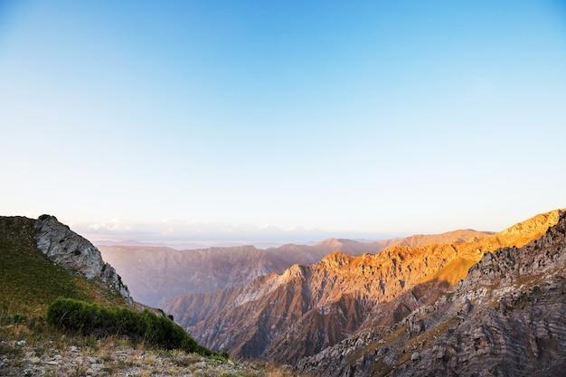Chimgan-bergen dichtbij de stad van tasjkent, oezbekistan