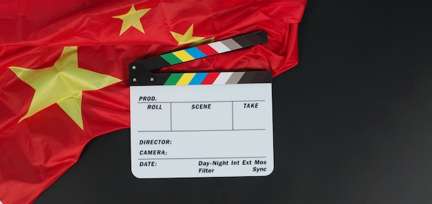 China vlag en filmklapper onblack achtergrond.