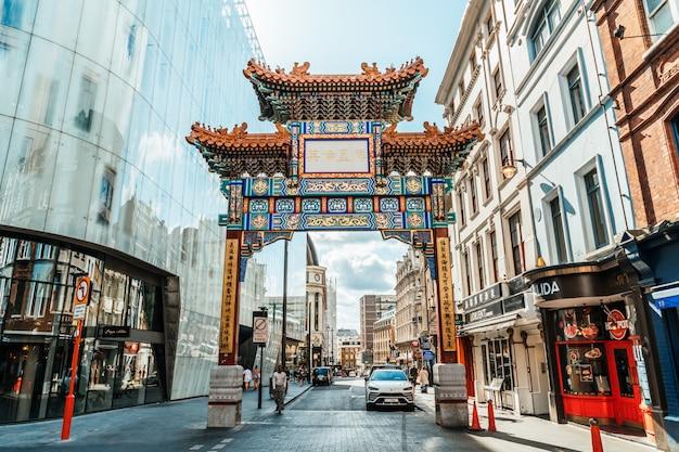 Chinatown chinatown beschikt over vele restaurants, bakkerijen en souvenirwinkels in de buurt van gerrard street in de wijk soho.