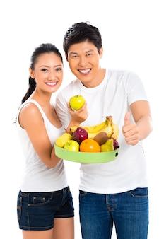Chinees aziatisch paar dat gezond fruit eet