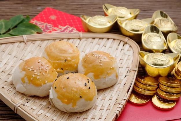 Chinees dessert met rode envelop en gouden baren, chinees nieuw jaarfestival