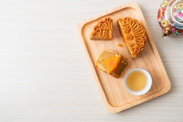 Chinees durian van de maancake en eigeelsmaak met thee op houten plaat