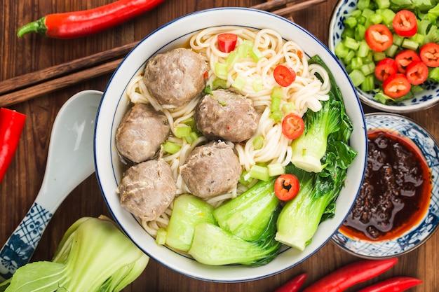 Chinees eten: gehaktballen geserveerd met noedels,