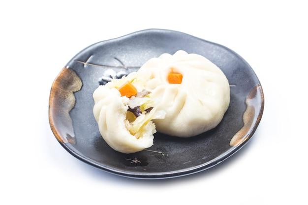 Chinees eten gestoomde gevulde bun close-up foto geïsoleerd op een witte achtergrond