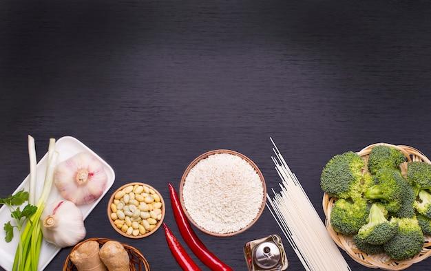 Chinees eten rauwe ingrediënten, groenten en noten.