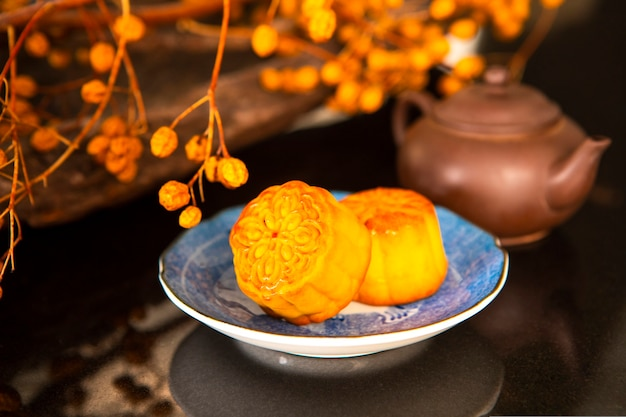 Chinees festival, de familie herenigd voor het mid-autumn festival, genietend van maancakes,