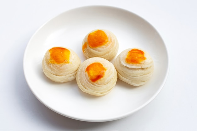 Chinees gebakje op witte achtergrond.