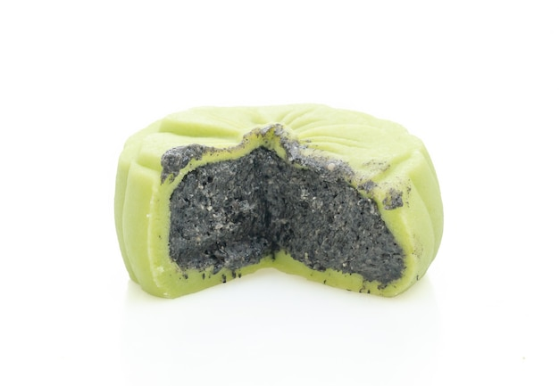 Chinees groene de theesmaak van de maancake met zwarte die sesam op witte achtergrond wordt geïsoleerd