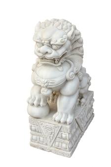 Chinees imperiaal leeuwstandbeeld dat op wit wordt geïsoleerd