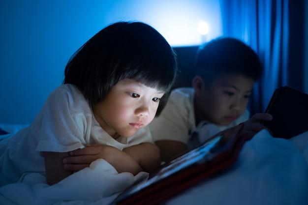 Chinees kind verslaafd aan de telefoon