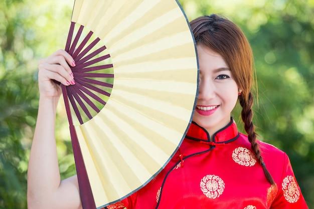 Chinees meisje met jurk traditionele cheongsam in garden
