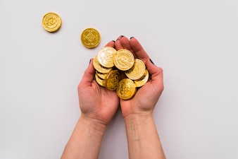 Chinees nieuw jaarconcept met handen die muntstukken houden