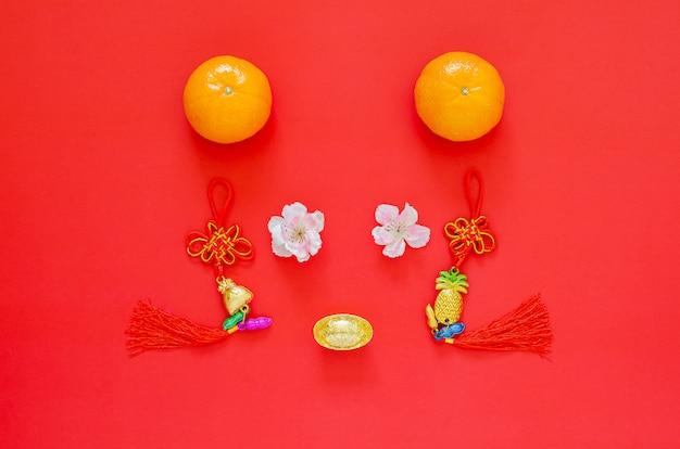 Chinees nieuwjaar 2020 festival decoratie ingesteld als rat gezicht op rood. plat lag voor maanjaar. chinees karakter op de decoratie betekent fortuin