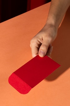 Chinees nieuwjaar 2021 persoon met rode envelop
