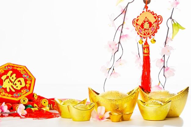 Chinees nieuwjaar achtergrond 2019 traditionele goudstaaf en pruimenboom