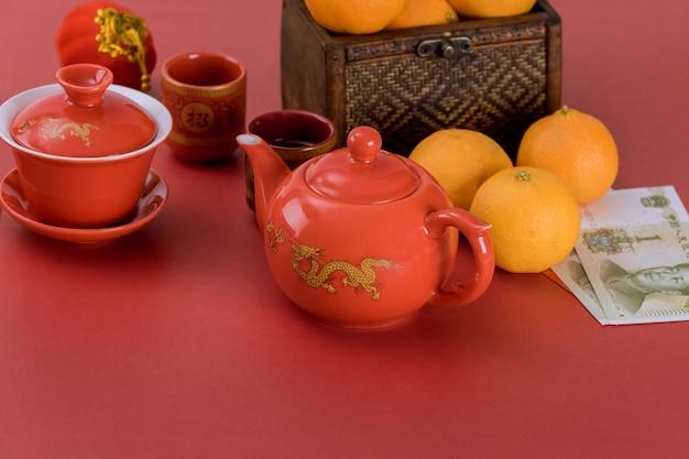 Chinees nieuwjaar decoratie festival decoraties van accessoires in traditionele container mandarijn sinaasappelen op een rood