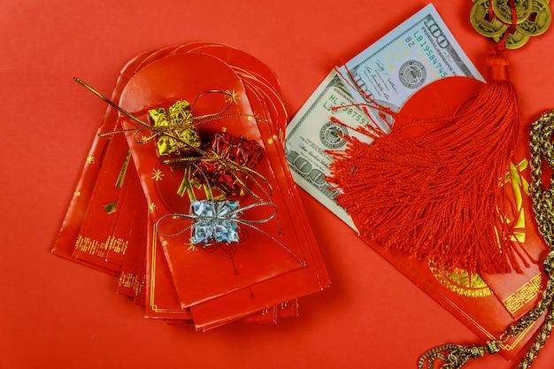 Chinees nieuwjaar festival decoraties en pow of rood pakket met dollars binnen