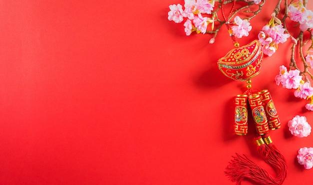 Chinees nieuwjaar festival decoraties gemaakt van chinees gelukssymbool en pruimenbloesem
