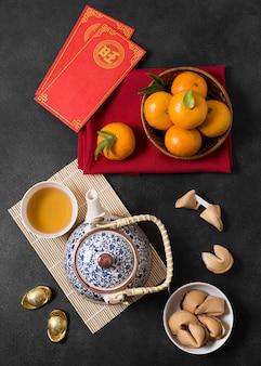 Chinees nieuwjaar met theepot en mandarijnen